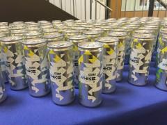 Sammlung von Energy-Drinks mit dem Logo des Webkongresses