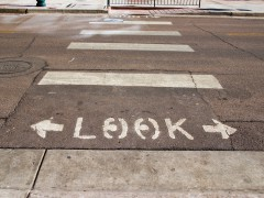 Fußgängerweg, zu Beginn steht »Look« mit Pfeilen nach links und rechts