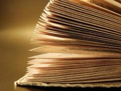 Aufgeblätterte Seiten in einem alten Buch