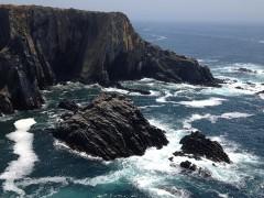 An der Küste: Wasser umfließt ein Kliff
