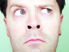 Kritisch schauender Mann, Nahaufnahme des Gesichts