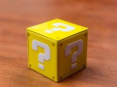 Gelber Würfel mit Fragezeichen auf jeder Seite