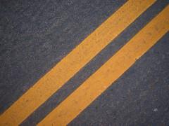 Gelbe LInien auf einer Straße