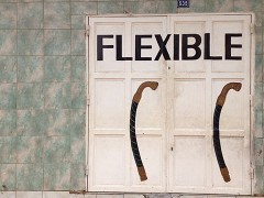 Schriftzug flexible auf einem Tor. Sieht nicht sehr flexibel aus.